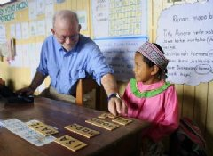 In April 2014 at her school in Ucayali Region, Peru, Isa Rate, from the indigenous Shipibo group, shows UNICEF Executive Director Anthony Lake how she spells her name in her native language.